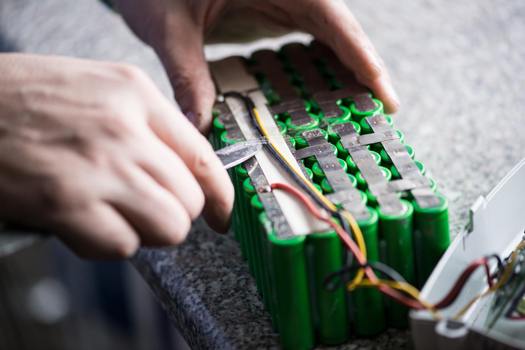 Techniker entfernt Kabel bei der E-Bike Akkureparatur als Alternative zum E-Bike Ersatzakku