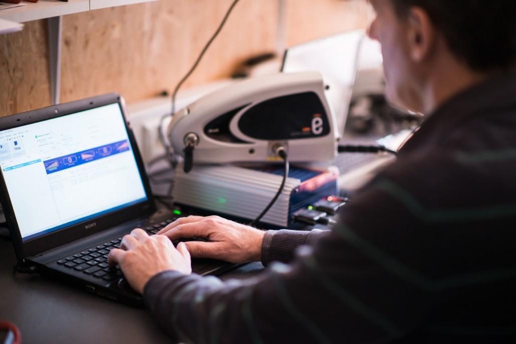 Der reparierte eBike Akku durchläuft die Qualitätskontrolle