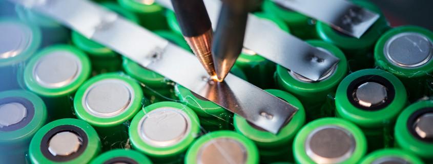 Der Techniker schweißt das neue eBike Akkupack für die Akkureparatur